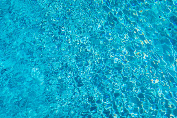 Blaues Wasser im Schwimmbad. Oberfläche des blauen Schwimmbades, Hintergrund des Wassers im Schwimmbad. Wasserschwimmbad-Textur und Oberflächenwasser auf dem Pool. Blaues Wasser im Schwimmbad. – Foto