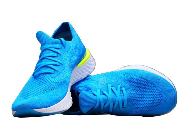 niebieskie runnung lub sportowe buty na odizolowanym białym tle - but sportowy zdjęcia i obrazy z banku zdjęć