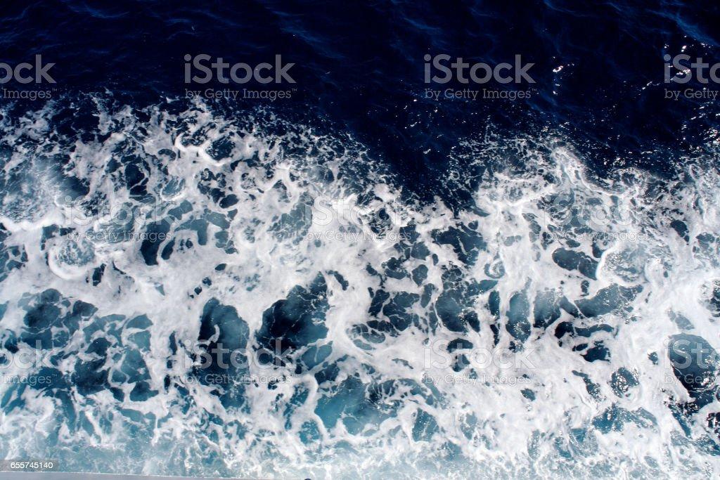 Ondas do mar azul com um monte de espuma do mar. Belas ondas azuis com um monte de cena de espuma do mar olhou de cima, close-up - foto de acervo