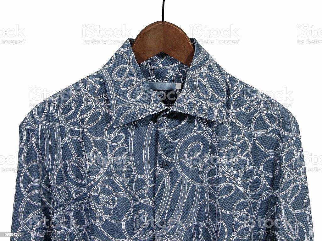 Camisa azul en Colgador de madera, fondo blanco foto de stock libre de derechos