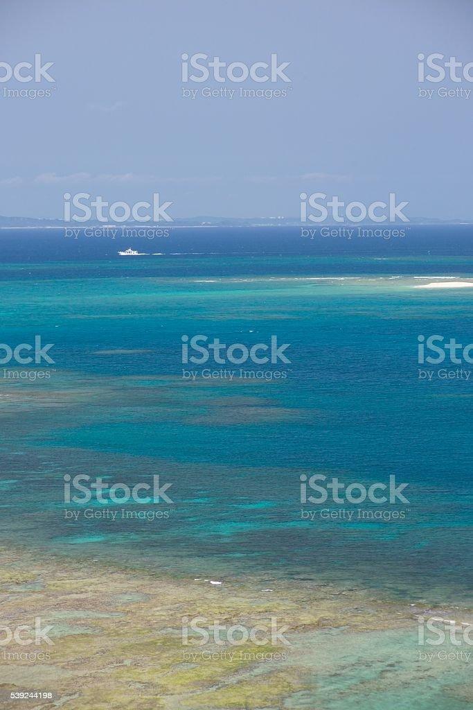 Mar azul y cielo azul y blanca de envío foto de stock libre de derechos