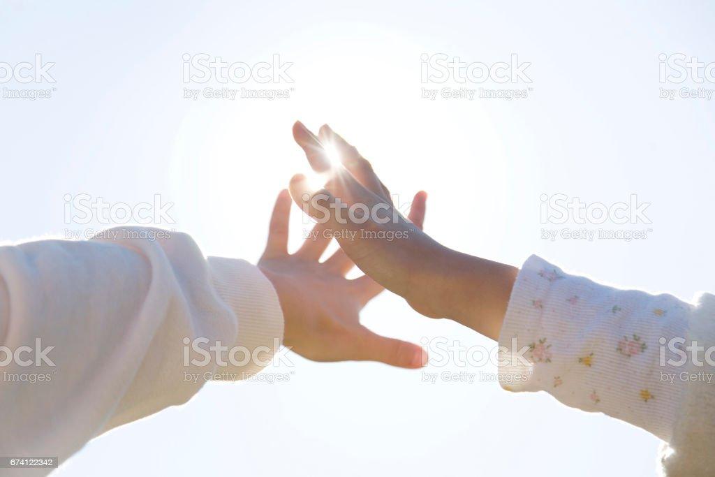 藍藍的天空和孩子的手 免版稅 stock photo