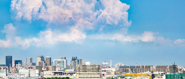 blue sky and clouds and buildings - prefektura kanagawa zdjęcia i obrazy z banku zdjęć