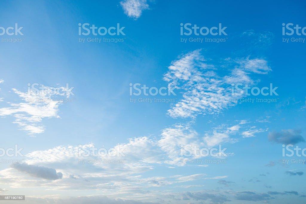 Blauer Himmel und Wolken – Foto