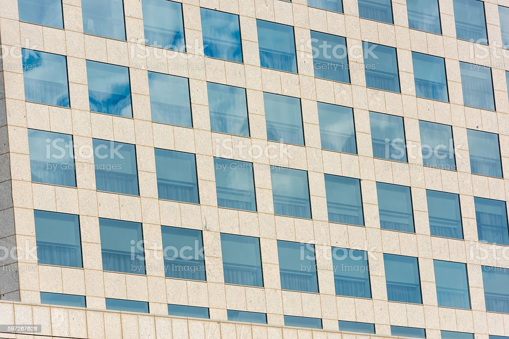 blue sky and clouds reflected in office building Lizenzfreies stock-foto