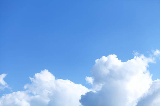 blauer himmel und wolken, cumulus - wettervorhersage deutschland stock-fotos und bilder