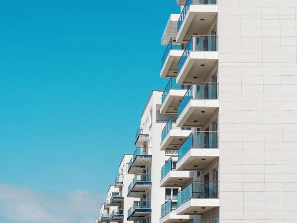 푸른 하늘과 주거 용 주택 배경 - 아파트 뉴스 사진 이미지