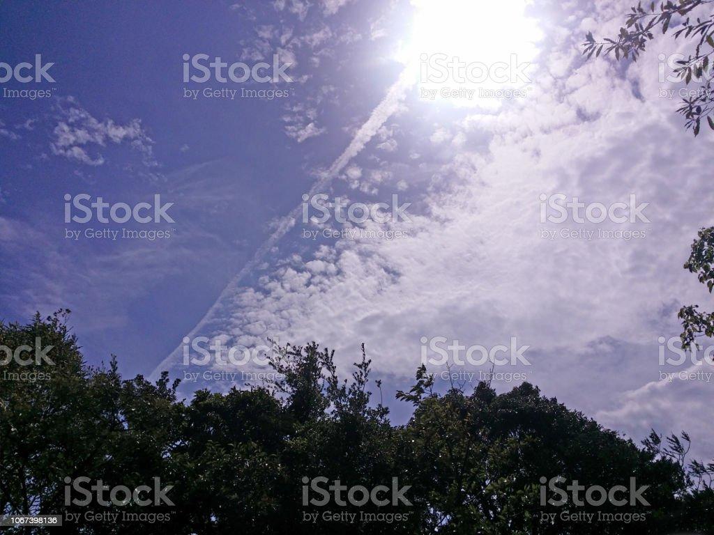 青空と太陽の光 ストックフォト