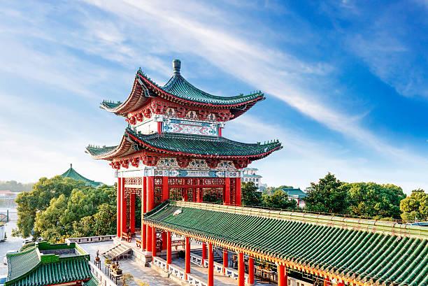 青い空、白い雲、古代中国の建築 - 北京 ストックフォトと画像