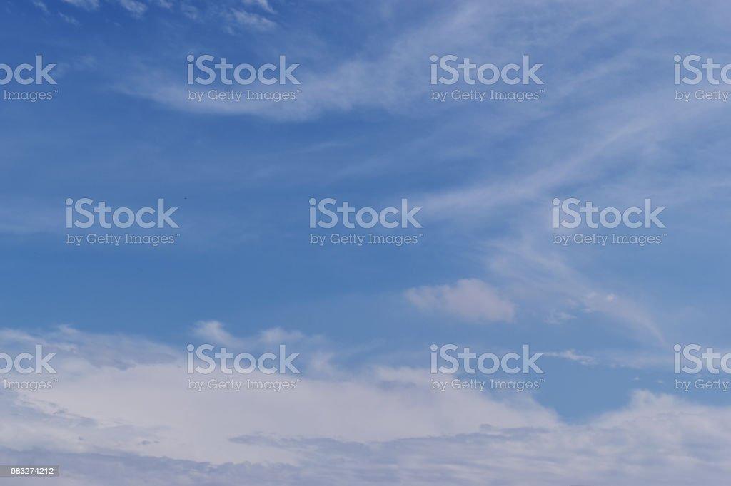 青い空と白い雲が美しい日、web デザインやグラフィック アート画像の空の空間に。 ロイヤリティフリーストックフォト