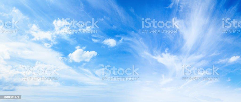 Blauer Himmel und weiße Wolken Lizenzfreies stock-foto