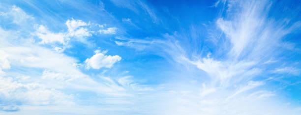 ciel bleu et nuages blancs - bleu photos et images de collection