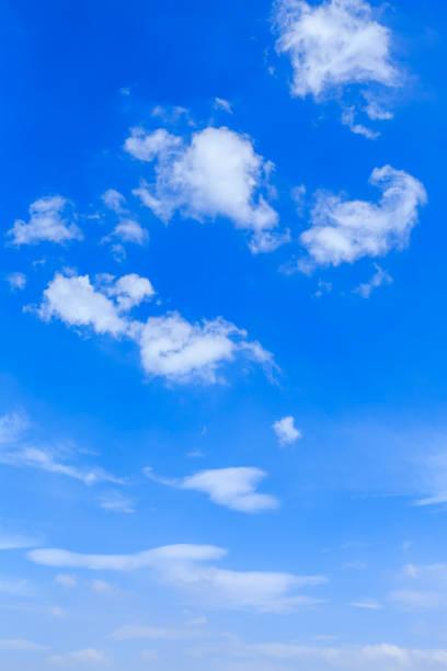 céu azul e nuvens brancas - vertical - fotografias e filmes do acervo