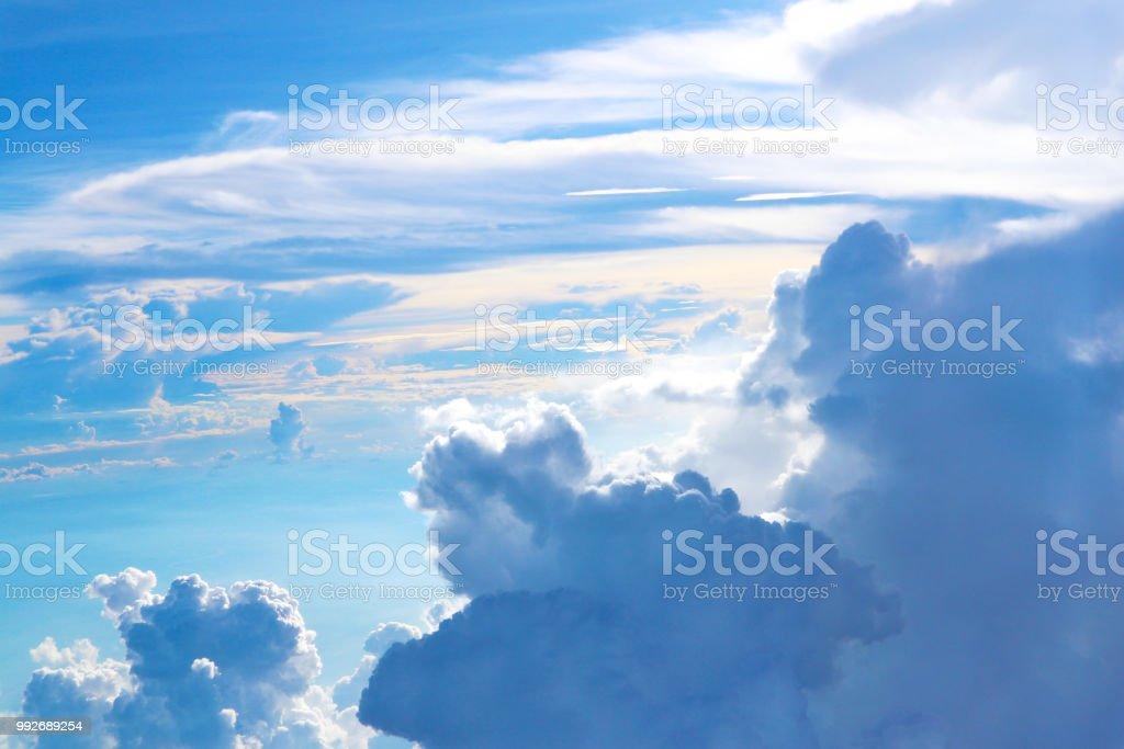 Ciel bleu et nuages blancs - Photo