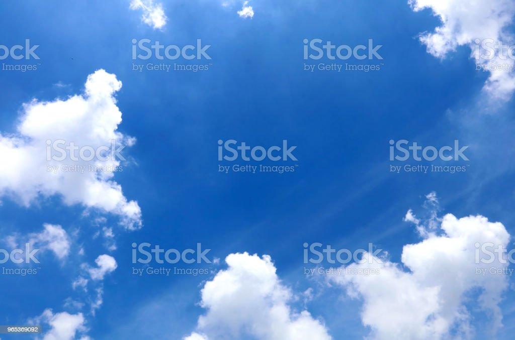 晴朗的日子, 藍天和白色的 clound - 免版稅光圖庫照片