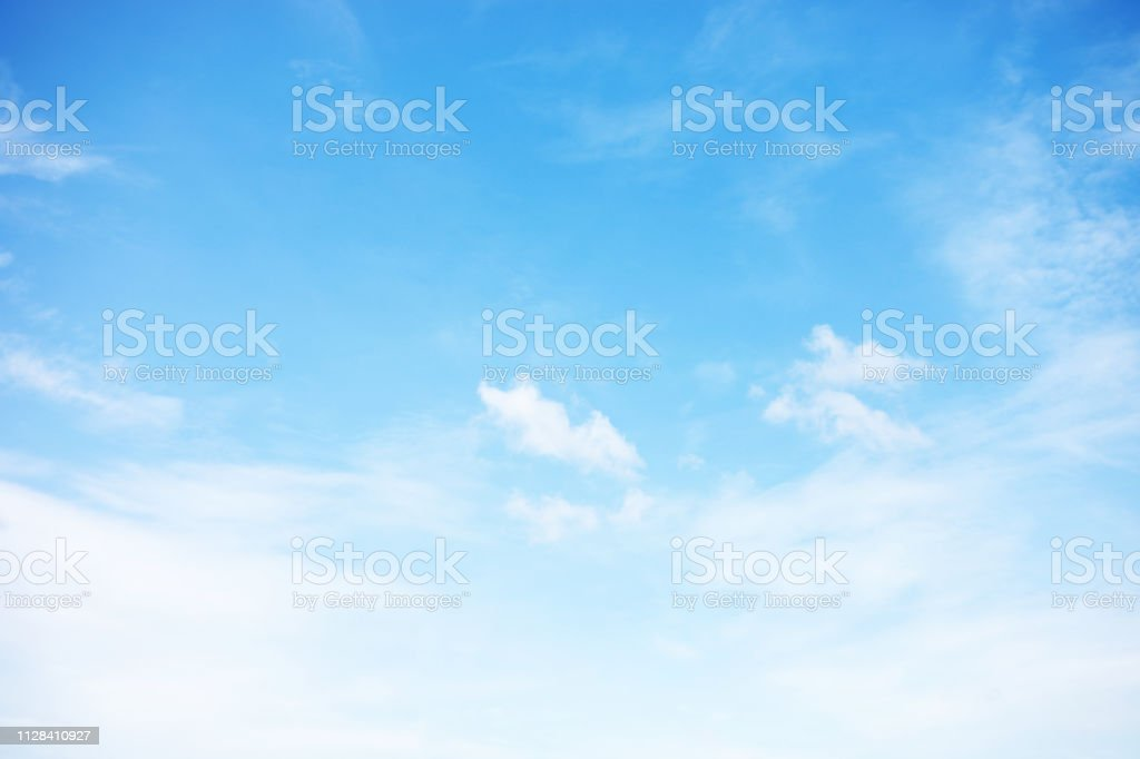Foco suave do fundo e nuvens brancas do céu de azul e copie o espaço - Foto de stock de Azul royalty-free