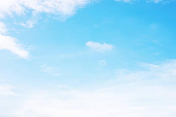 青空の背景と白い雲ソフトフォーカス、およびコピースペース - 空 ストックフォトと画像