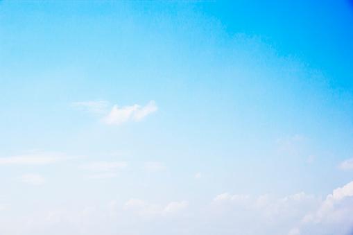 Blauer Himmel Hintergrund Und Weißen Wolken Weichzeichnen Und Kopieraum Stockfoto und mehr Bilder von Bildhintergrund