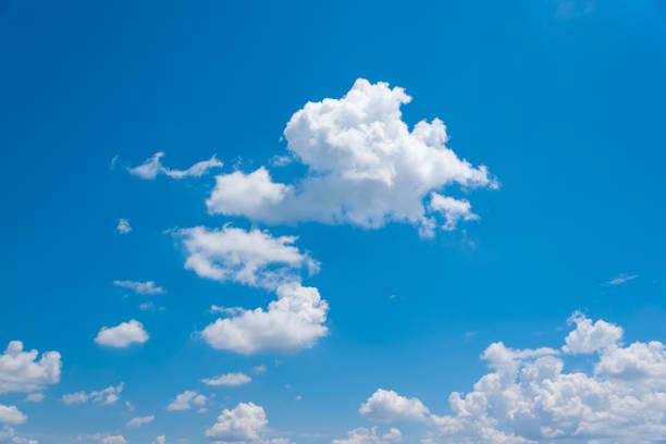 Blauer Himmel Hintergrund. – Foto