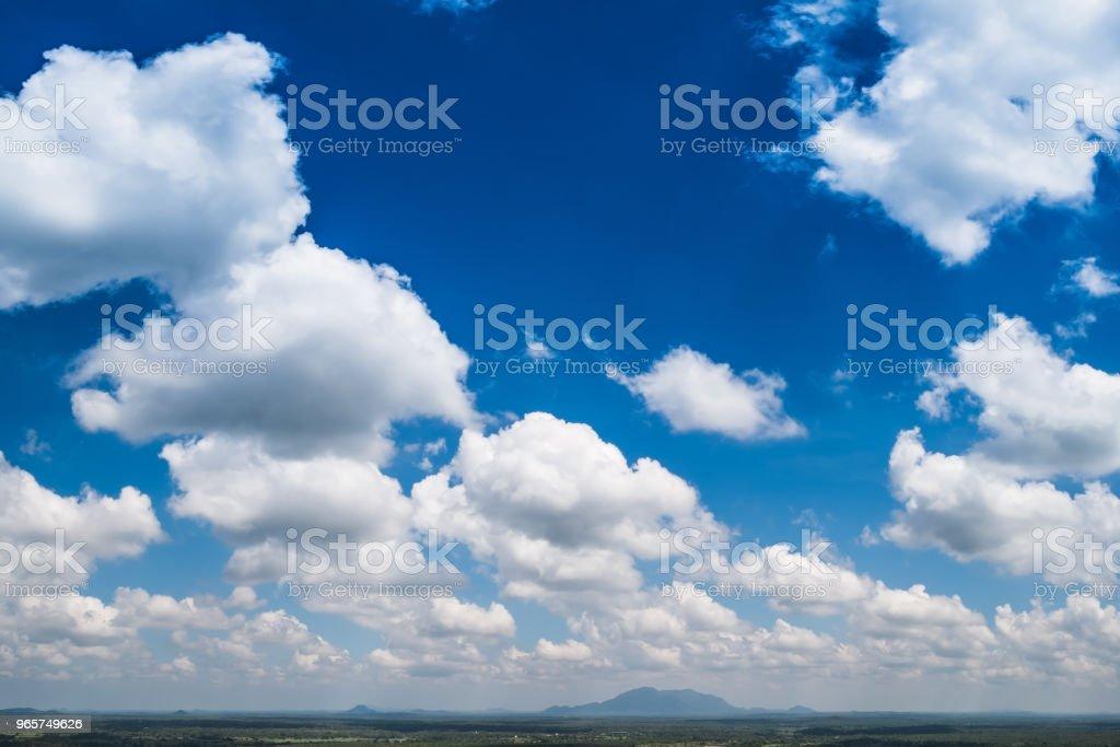 Achtergrond van de blauwe hemel met wolken - Royalty-free Beschrijvende kleur Stockfoto