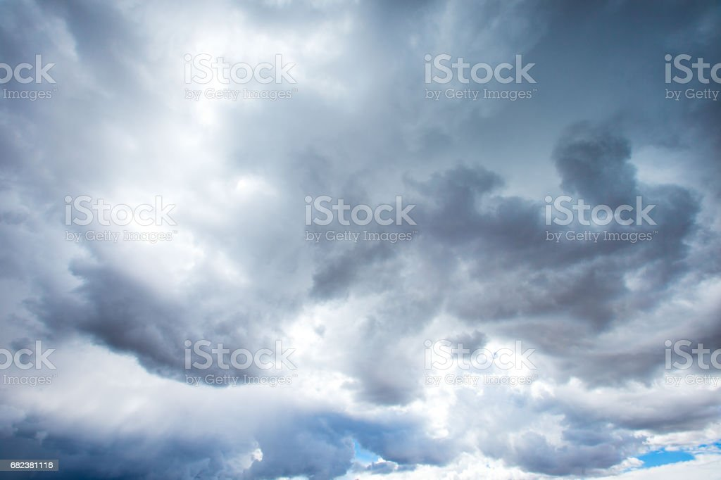 blue sky background with tiny clouds photo libre de droits