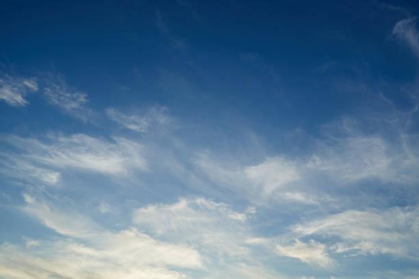 fondo azul del cielo con nubes blancas - foto de stock