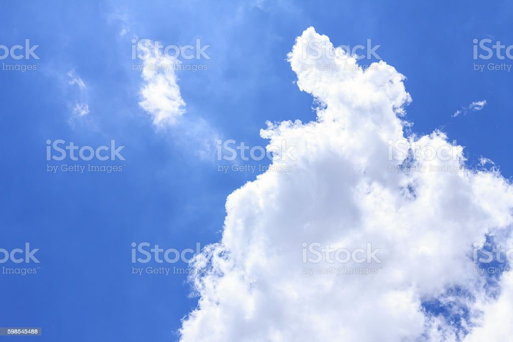 Fond de ciel bleu avec des nuages blancs. photo libre de droits