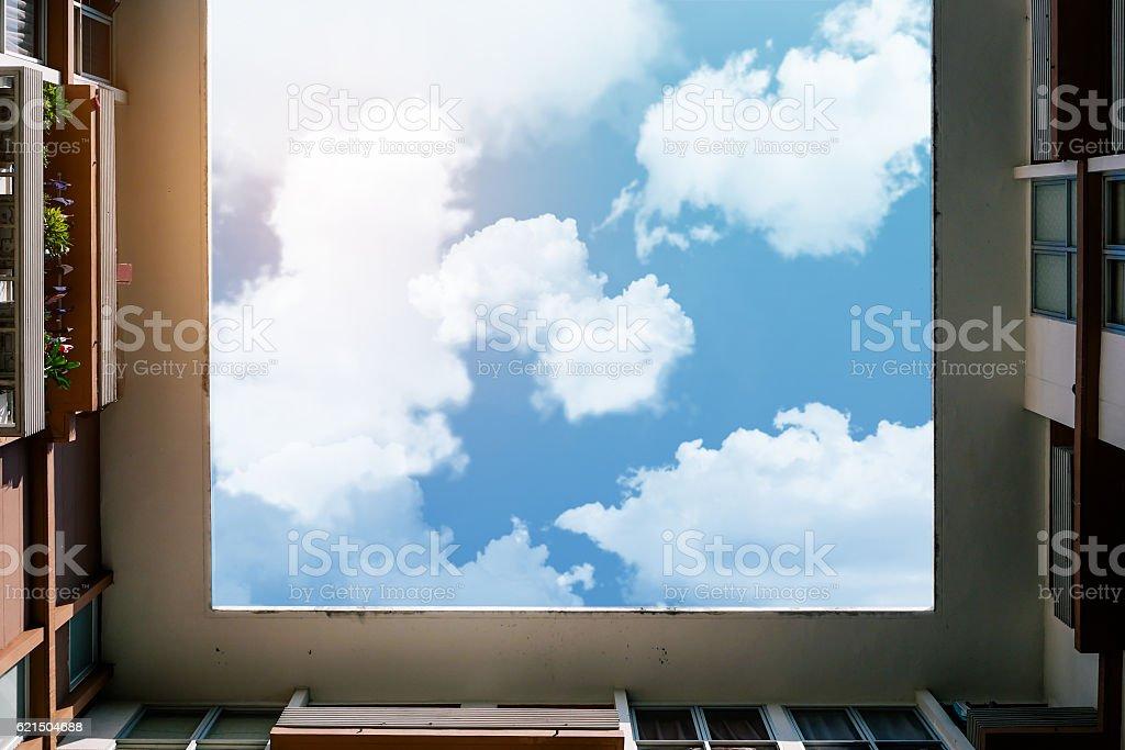 Cielo incorniciato da costruzione foto stock royalty-free