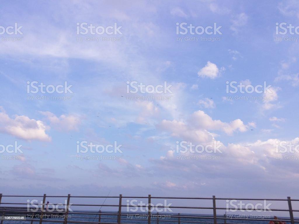 フェンスを見ている青い空 ストックフォト