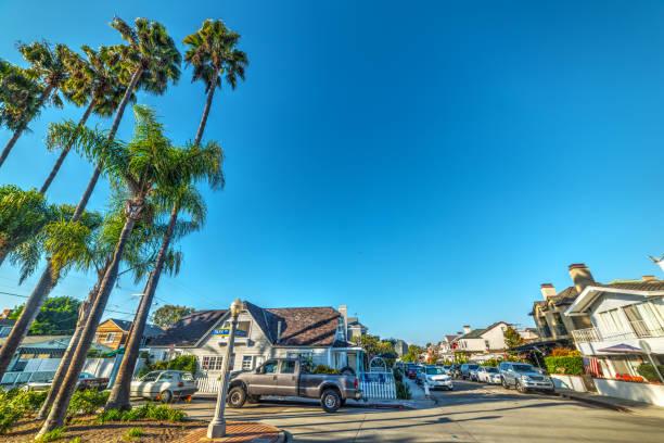 blauer himmel über balboa island - süd kalifornien stock-fotos und bilder