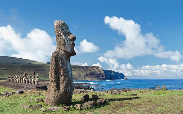 blauer himmel über moai-statuen auf der osterinsel, chile - osterinsel stock-fotos und bilder
