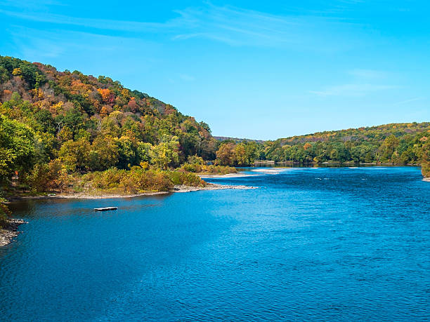 ciel bleu sur le delaware - rivière delaware photos et images de collection