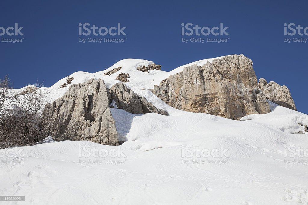 Cielo azul blanco nieve y rocas foto de stock libre de derechos