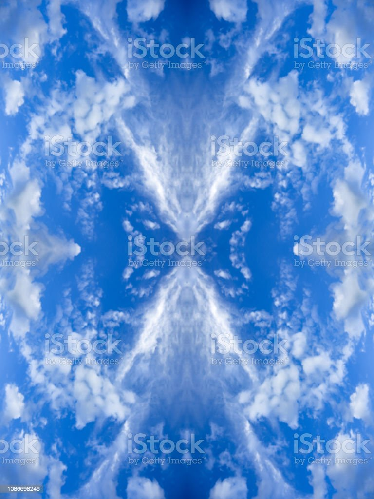 明るい雲と青い空鏡面反射十字パターン万華鏡のエフェクトとテクスチャ背景をぼかし抽象的な自然壁紙垂直方向 しみのストックフォトや画像を多数ご用意 Istock