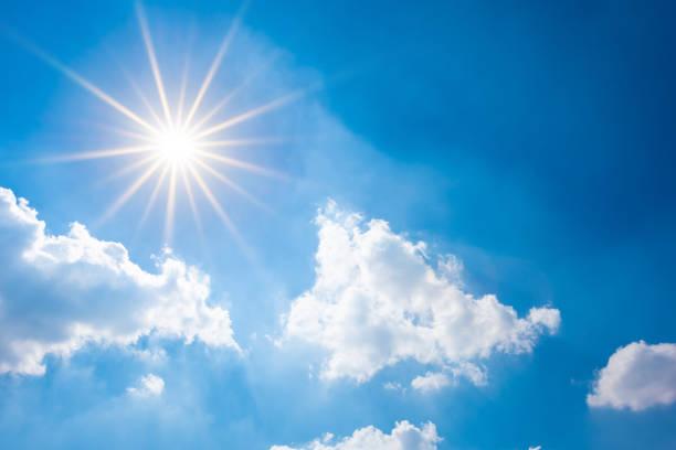 blå himmel med strålande sol och moln - sun bildbanksfoton och bilder