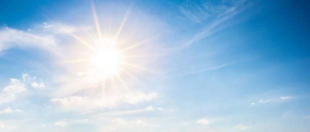 blauer himmel mit sonne als hintergrund - wettervorhersage deutschland stock-fotos und bilder