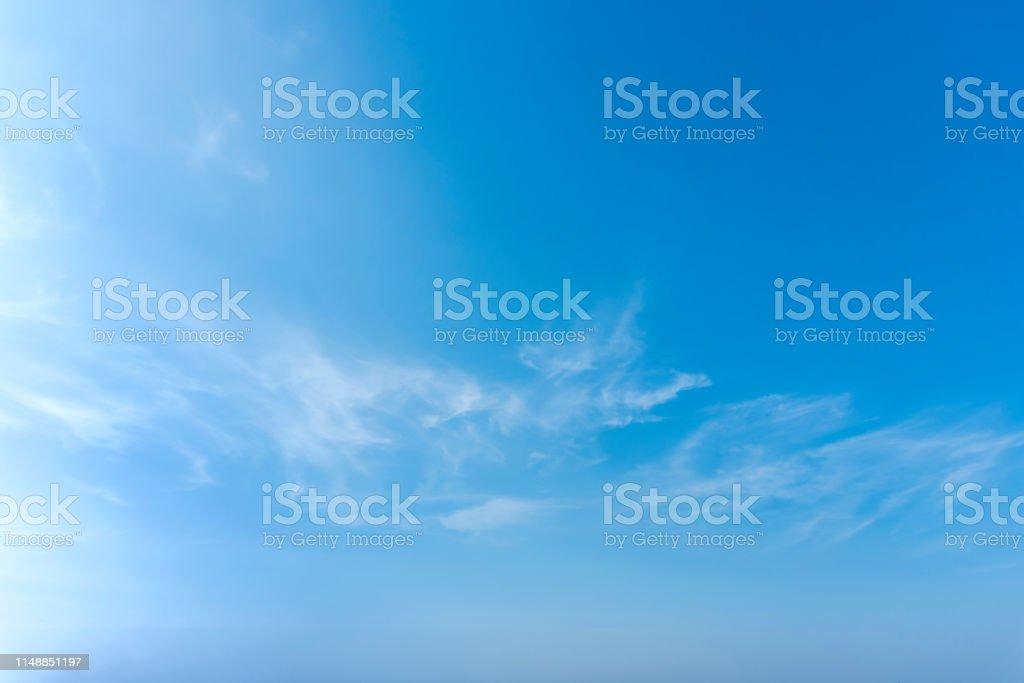 藍色天空與接近白色蓬鬆的小雲背景和樣式 - 免版稅光圖庫照片