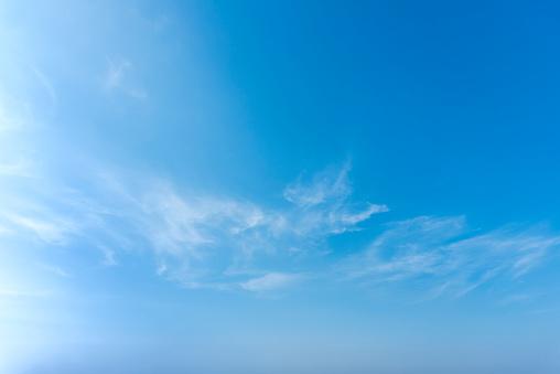 藍色天空與接近白色蓬鬆的小雲背景和樣式 照片檔及更多 光 照片