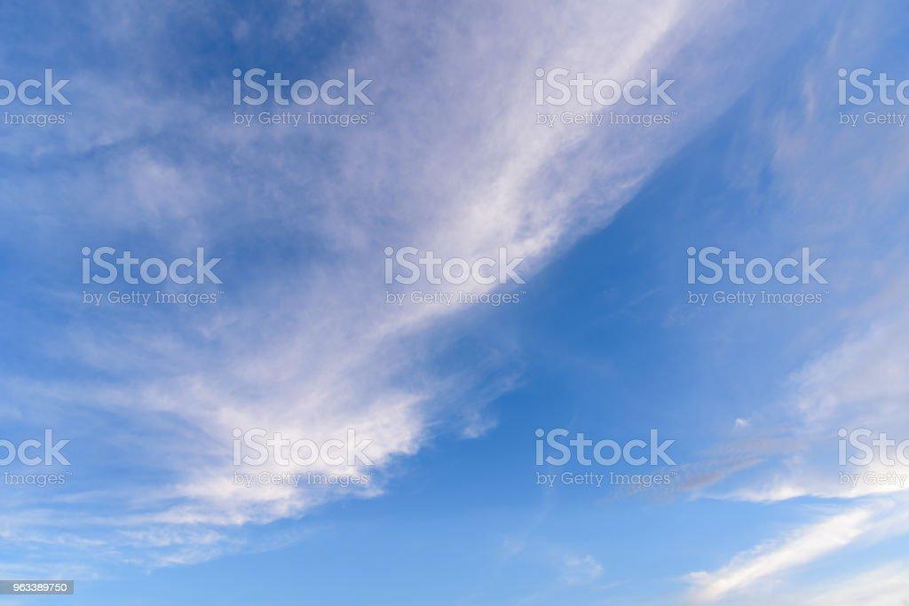 Błękitne niebo z chmurą. - Zbiór zdjęć royalty-free (Atmosfera - Wydarzenia)