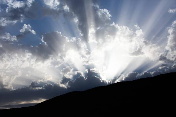 Blauer Himmel mit Wolken und Sonne – Foto