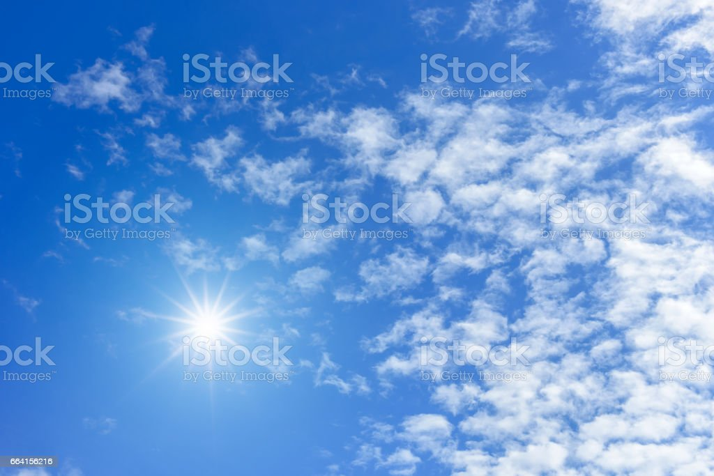 Blue sky with clouds and sun reflection. looking up view foto stock royalty-free