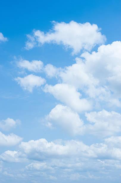 Blauer Himmel mit Wolken im Hintergrund – Foto