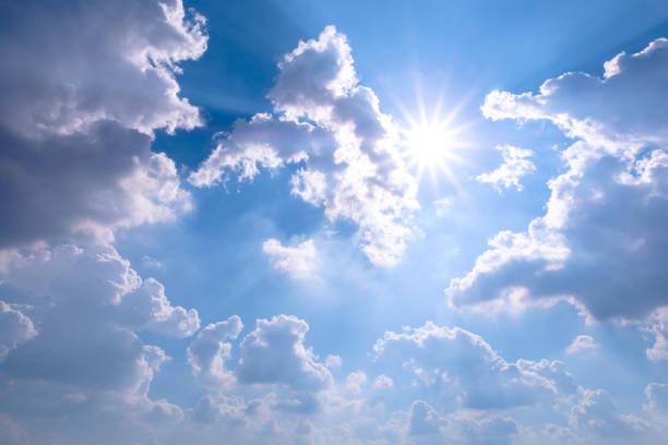 Blauer Himmel mit Wolken-Sonne-Licht – Foto