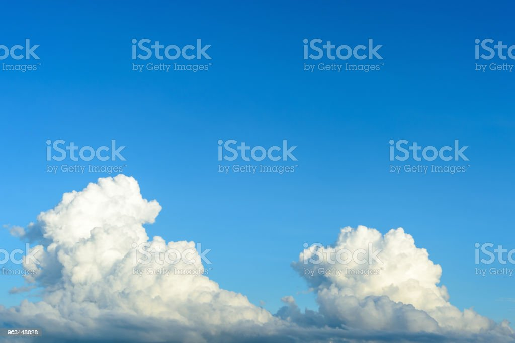 błękitne niebo z nadświetlekiem w tle - Zbiór zdjęć royalty-free (Atmosfera - Wydarzenia)