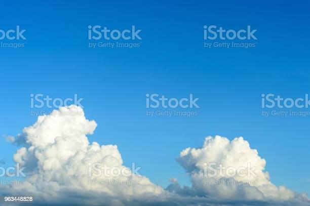 Błękitne Niebo Z Nadświetlekiem W Tle - zdjęcia stockowe i więcej obrazów Atmosfera - Wydarzenia