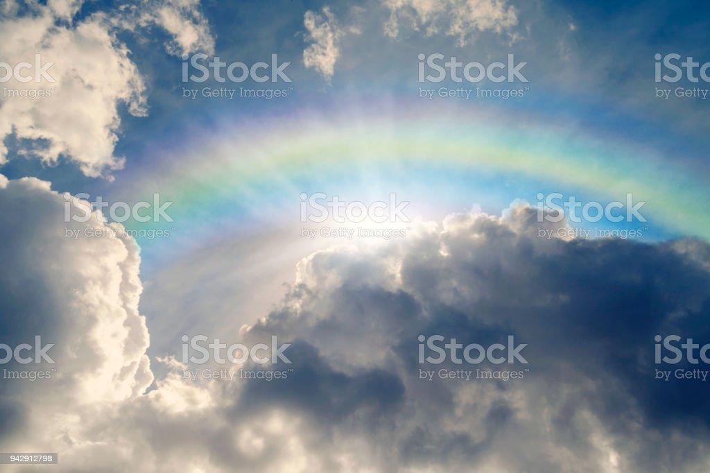 Cielo azul con reflejo de iris y sol - foto de stock