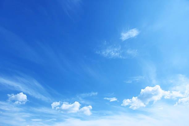 bleu ciel avec nuages épars - bleu photos et images de collection