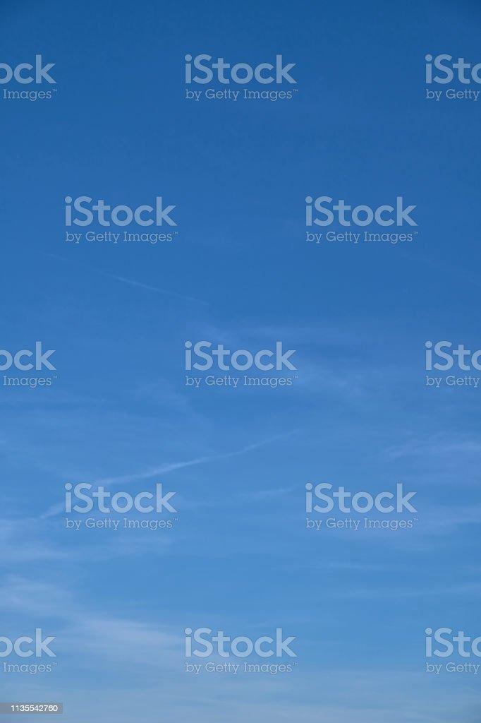 Blauer Himmel mit Schatten und Vignette und schweifenden Wolken – Foto