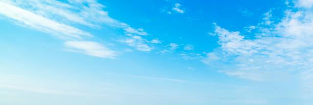 ciel bleu avec de petits nuages en été - sky photos et images de collection