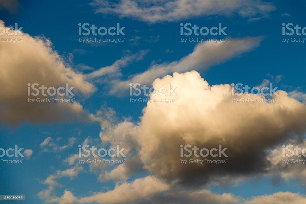 Cielo azul con nubes vehemente en el día de verano foto de stock libre de derechos